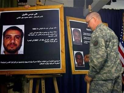 A U.S. solider shows a picture of Ali Mussa Daqduq (L) during a news conference at the heavily fortified Green Zone area in Baghdad July 2, 2007. Foto: Wathiq Khuzaie / Reuters