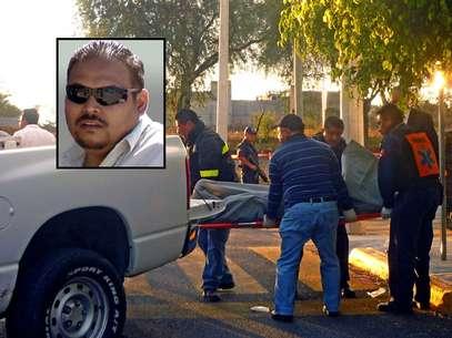 Forenses recogen el cuerpo del periodista Adrián Silva Moreno (recuadro), quien fue asesinado a balazos en el central estado de Puebla. Foto: EFE en español