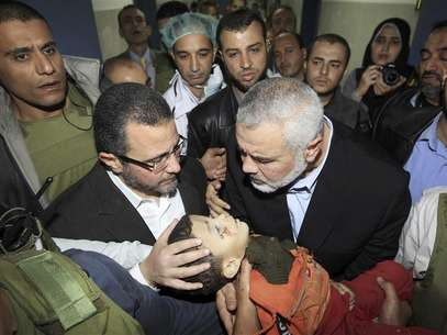 Senior Hamas leader Ismail Haniyeh (C) and Egypt's Prime Minister Hisham Kandil (2nd L) touch the body of a Palestinian boy during a visit to a hospital in Gaza City November 16, 2012. Foto: Mahmud Hams / Reuters