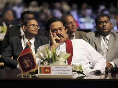 Sri Lanka's President Mahinda Rajapaksa attends the World Energy Forum during the first day of the programme at the Dubai World Trade Centre in this October 22, 2012 file photo. From foreign hotel towers sprouting on Colombo's seafront to the new motorbikes and mobile phones buzzing in war-ravaged Jaffna, at first glance, Sri Lanka seems to be living up to its claim as Asia's latest frontier market. But private businesses are not investing enough, threatening the boom that has swept the island since the end of a long ethnic conflict, while President Mahinda Rajapaksa and his family are tightening their grip on the economy and institutions with what critics see as an unusually personalised system of government. Foto: Jumana El Heloueh / Reuters