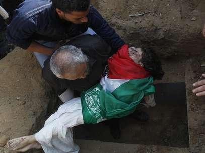 El cuerpo de uno de los tres niños de una familia palestina muertos en el bombardeo israelí del domingo es enterrado en Gaza. Foto: Getty Images