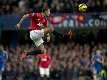 Rio Ferdinand podría dejar el fútbol inglés por un salario mayor en China. Foto: AFP