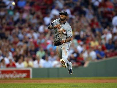 Miami Marlins shortstop Jose Reyes throws out Boston Red Sox Dustin Pedroia at first base in the third inning of their MLB interleague baseball game at Fenway Park in Boston, Massachusetts June 21, 2012. Foto: Brian Snyder / Reuters