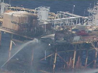 Commercial vessels spray water to extinguish a platform fire on board an offshore oil platform operated by Houston-based Black Elk Energy Offshore Operations LLC. 20 miles offshore of Grand Isle, Louisiana in the Gulf of Mexico November 16, 2012 in this handout photo released by the U.S. Coast Guard. Foto: U / Reuters