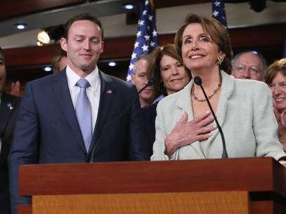 El representante Mike Murphy, de Florida, celebra junto a su par demócrata, Nancy Pelosi. Foto: Getty Images