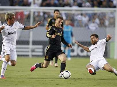 Los Angeles Galaxy's David Beckham (C) chases the ball between Real Madrid's Fabio Coentrao (L) and Xabi Alonso (R) during the first half of their World Football Challenge international friendly soccer match in Carson, California August 2, 2012. Foto: Danny Moloshok / Reuters