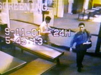 Two men identified by authorities as suspected hijackers Mohammed Atta (R) and Abdulaziz Alomari (C) pass through airport security September 11, 2001 at Portland International Jetport in Maine in an image from airport surveillance tape released September 19, 2001. Foto: PORTLAND POLICE DEPARTMENT-Handout HS / Reuters