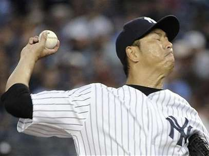 New York Yankees starting pitcher Hiroki Kuroda throws a pitch to the Boston Red Sox in the first inning of their MLB American League game at Yankee Stadium in New York July 29, 2012. Foto: Ray Stubblebine / Reuters
