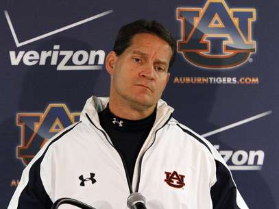Auburn coach Gene Chizik talks to the media after a loss to Alabama 49-0 in an NCAA college football game on Saturday, Nov. 24, 2012, in Tuscaloosa, Ala. Chizik would not answer questions about his future at Auburn. Foto: AP in English