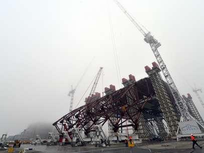 Un grupo de trabajadores contribuye a ensamblar un enorme arco de acero para cubrir los restos del reactor nuclear que estalló en Chernóbil, Ucrania, hace 26 años, el 27 de noviembre del 2012. Foto: AP