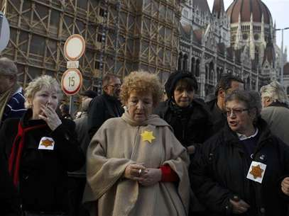 Hungarians protest outside a parliament building against anti-semitic remarks by a far-right politician in Budapest November 27, 2012. Foto: Bernadett Szabo / Reuters