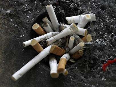 Cigarette butts in an ashtray in Los Angeles, California, May 31, 2012. Foto: Jonathan Alcorn / Reuters