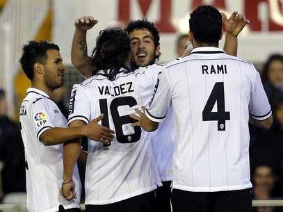 Los jugadores del Valencia celebran uno de los goles contra el Llagostera en el 3-1 de la vuelta de los 1/16 de final de la Copa del Rey Foto: EFE