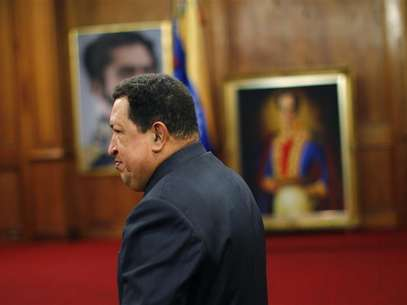 Venezuelan President Hugo Chavez points at a map as he speaks during a Council of Ministers at Miraflores Palace in Caracas November 15, 2012. Foto: Miraflores Palace / Reuters
