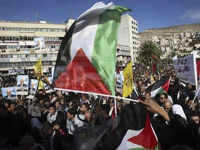 "People wave Palestinian flags during a rally in the West Bank city of Nablus, supporting the resolution that would change the Palestinian Authority's United Nations observer status from ""entity"" to ""non-member state"" November 29, 2012. Foto: Abed Omar Qusini / Reuters"