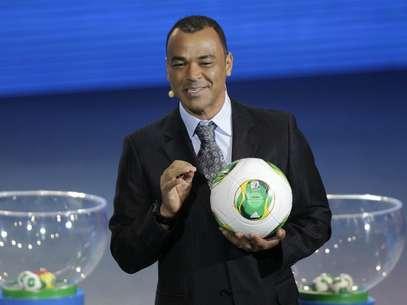 Cafú bromeó durante la presentación del balón de la Copa Confederaciones. Foto: AP Images