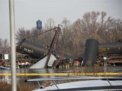 Derailed freight train cars sit semi-submerged in the waters of Mantua Creek after a train crash, in Paulsboro, New Jersey, November 30, 2012. Foto: Andrew Burton / Reuters