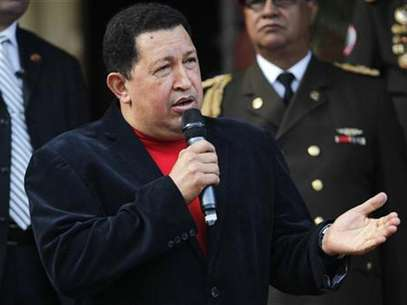 Venezuela's President Hugo Chavez talks to the media after a meeting with Brazil's Foreign Minister Antonio Patriota at the Miraflores Palace in Caracas November 1, 2012. Foto: Carlos Garcia Rawlins / Reuters