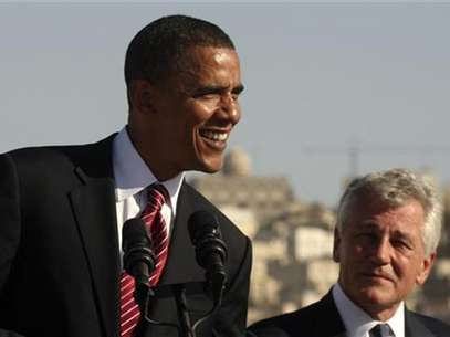 US Democratic presidential candidate Senator Barack Obama (D-IL) (L) smiles next to US Senator Chuck Hagel (R-NE) during a news conference at the Amman Citadel, an ancient Roman landmark, in Amman, Jordan, July 22, 2008. Foto: Ali Jarekji / Reuters