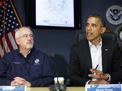 U.S. President Barack Obama (R), sitting with Federal Emergency Management Agency (FEMA) administrator William Craig Fugate (L), talks to reporters after a briefing about operations in the aftermath of Hurricane Sandy, at FEMA headquarters in Washington, November 3, 2012. Foto: Jonathan Ernst / Reuters