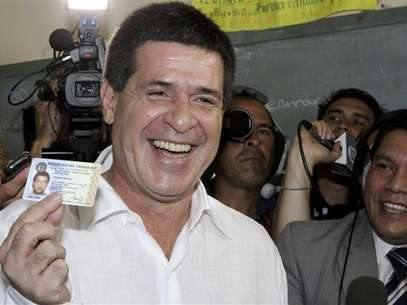 Horacio Cartes from the Colorado Party shows his identity card before voting in the primaries of the party in Asuncion December 9, 2012. The Colorado Party will choose its presidential candidate on Sunday, to represent the party in the April 2013 elections. Foto: Stringer / Reuters