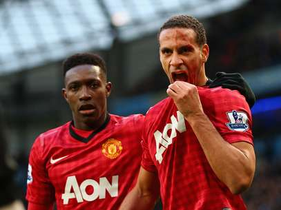 Rio Ferdinand of Manchester United is helped by team-mate Danny Welbeck (L) after being struck by an object during the Barclays Premier League match between Manchester City and Manchester United at Etihad Stadium on December 9, 2012 in Manchester, England. Foto: Getty Images