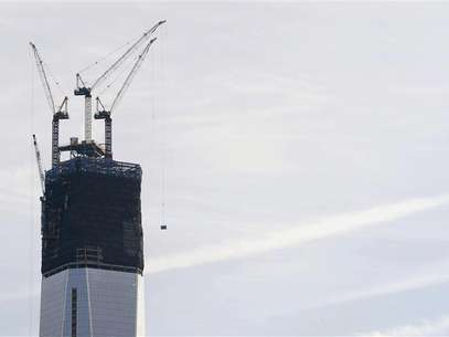 Cranes lift pieces of the spire up One World Trade Center in New York, December 12, 2012. Foto: Eduardo Munoz / Reuters