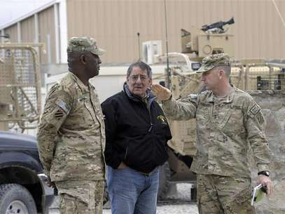 U.S. Defense Secretary Leon Panetta (C) talks with U.S. Army Major General Robert Abrams and Command Sergeant Major (CSM) Edd Watson (L) during a visit to Kandahar Airfield in Kandahar December 13, 2012. Foto: Susan Walsh / Reuters
