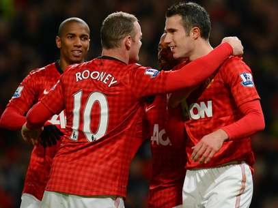 Manchester United's English forward Wayne Rooney (2-L) celebrates after scoring the third goal with Manchester United's Dutch forward Robin van Persie (R) during the English Premier League football match between Manchester United and Sunderland at Old Trafford in Manchester, north-west England on December 15, 2012. Foto: Getty Images