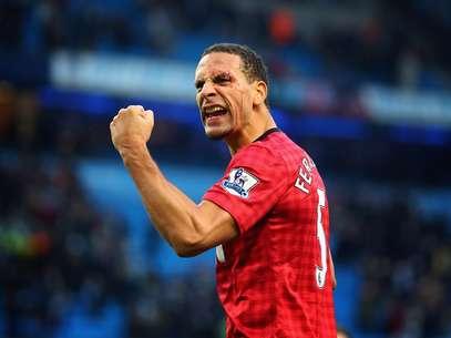Ferdinand también recibió el impacto de una moneda lanzada desde la grada, que le provocó una brecha en la cabeza. Foto: Getty Images