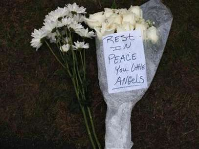 Flowers for the victims of the Sandy Hook Elementary School rest at a memorial in Newtown, Connecticut December 17, 2012. Foto: Joshua Lott / Reuters