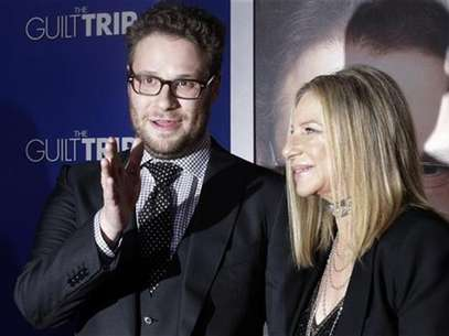"Barbra Streisand and Seth Rogen, stars of the new film ""The Guilt Trip"" pose as they arrive at the film's premiere in Los Angeles December 11, 2012. Foto: Fred Prouser / Reuters"