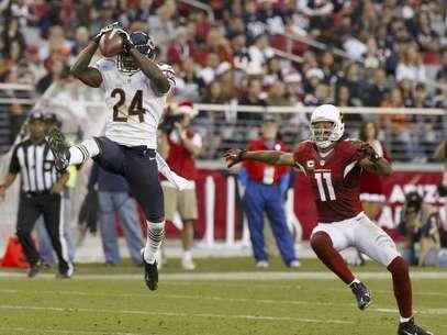 El cornerback de los Bears de Chicago Kelvin Hayden (24) intercepta un pase delante del wide receiver de los Cardinals de Arizona Larry Fitzgerald (11) en la segunda mitad de un partido de la NFL el domingo, 23 de diciembre del 2012.   Foto: Rick Scuteri / AP