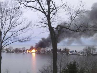 A fire burns on Lake Road after a suspect shot four firefighters responding to the blaze in Webster, New York, December 24, 2012. Foto: WHEC / Reuters