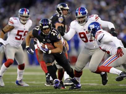 Baltimore Ravens running back Ray Rice (27) attempts to rush past New York Giants defenders in the first half of an NFL football game in Baltimore, Sunday, Dec. 23, 2012. Foto: AP in English