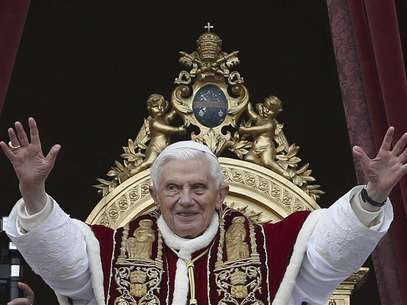 "Pope Benedict XVI (C) waves as he blessed the crowd as he makes his ""Urbi et Orbi"" (To the city and the world) address from a balcony in St. Peter's Square in Vatican December 25, 2012. Foto: Alessandro Bianchi / Reuters"