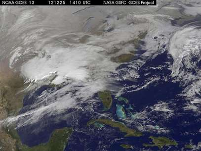 Storm clouds are seen on the east coast of the United States in this NASA handout satellite image taken at 1415 GMT, December 25, 2012. A strong winter storm was expected to bring a white Christmas morning to millions of Americans Tuesday - but also high winds and even the risk of tornadoes for some. Foto: NASA / Reuters