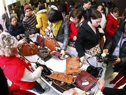Customers rush to buy purses at the Macy's store during Thanksgiving Day holiday in New York November 23, 2012. Thursday night. Foto: Carlo Allegri / Reuters