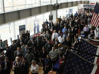 Job applicants listen to a presentation prior to the opening of a job fair for veterans and their spouses held by the U.S. Chamber of Commerce.  Foto: Reuters