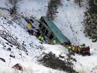 Socorristas acuden al lugar donde un autobús se salió de una carretera cubierta con nieve y hielo Foto: East Oregonian, Tim Trainor / AP