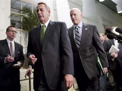 "Speaker of the House John Boehner (R-OH) (front, in green tie) walks with Congressman Dave Camp (R-MI) (R) after a meeting with House Republicans about a ""fiscal cliff"" deal on Capitol Hill in Washington January 1, 2013. Foto: Joshua Roberts / Reuters"