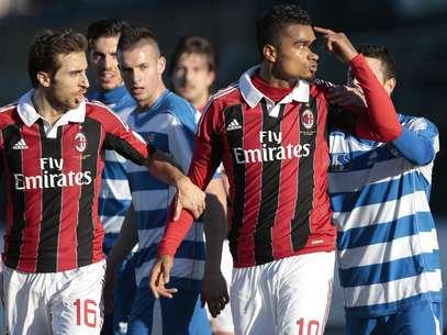 Los rossoneros levantaron muestras de admiración tras dejar el campo por actos racistas Foto: AP