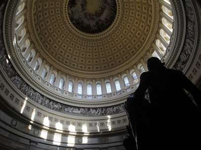 A statue of the United States first President, George Washington, is seen under the Capitol dome in Washington January 2, 2013. Foto: Gary Cameron / Reuters