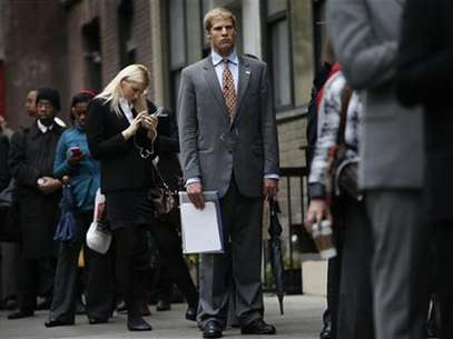 Job seekers stand in line to meet with prospective employers at a career fair in New York City, October 24, 2012. Foto: Mike Segar / Reuters