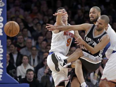 San Antonio Spurs guard Tony Parker (C) slams into New York Knicks guard Pablo Prigioni (L) as he passes in the first quarter of their NBA basketball game at Madison Square Garden in New York January 3, 2013. Foto: Ray Stubblebine / Reuters