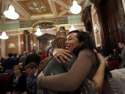 Mercedes Santos (R) hugs her partner of 21 years, Theresa Volpe, after a vote in a Committee hearing at the Illinois State Capital in Springfield, Illinois, January 3, 2013. Illinois could become the next U.S. state to legalize gay marriage. Foto: Jim Young / Reuters