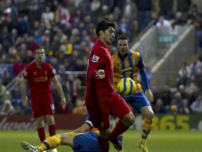 El uruguayo Luis Suárez del Liverpool, en el medio, anota un gol ante Mansfield por la Copa FA el domingo 6 de enero de 2013.  Foto: Jon Super / AP