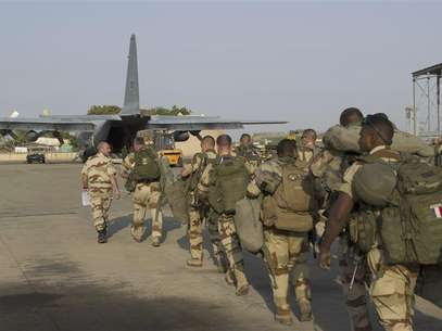 French troops prepare to board a transport plane in N'Djamena, Chad, in this photo released by the French Army Communications Audiovisual office (ECPAD) on January 12, 2013. Foto: ECPAD / Reuters