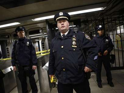 Police officers are seen at a closed subway station in New York January 15, 2013. Foto: Eric Thayer / Reuters