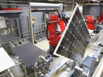Los paneles solares o las baterías de los coches eléctricos e híbridos alimentan su eficiencia a base de estos componentes cuyo suministro no está garantizado. Foto: Getty Images